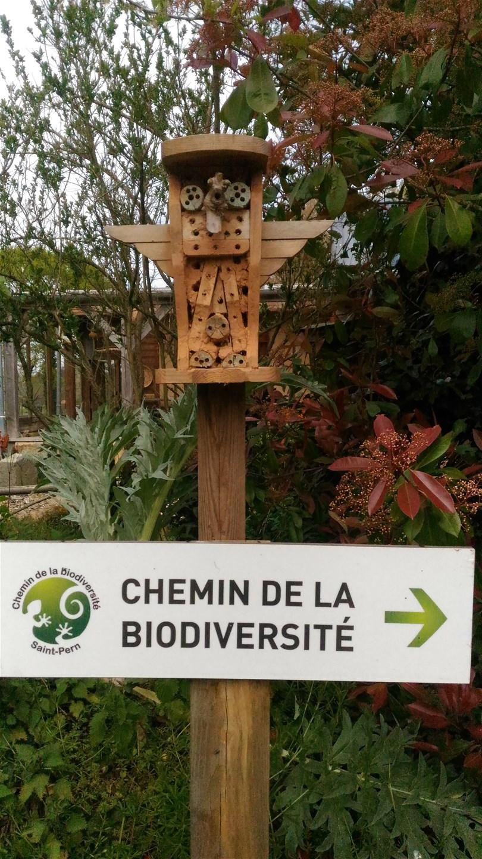 hotel à insectes sur le chemin de la biodiversité
