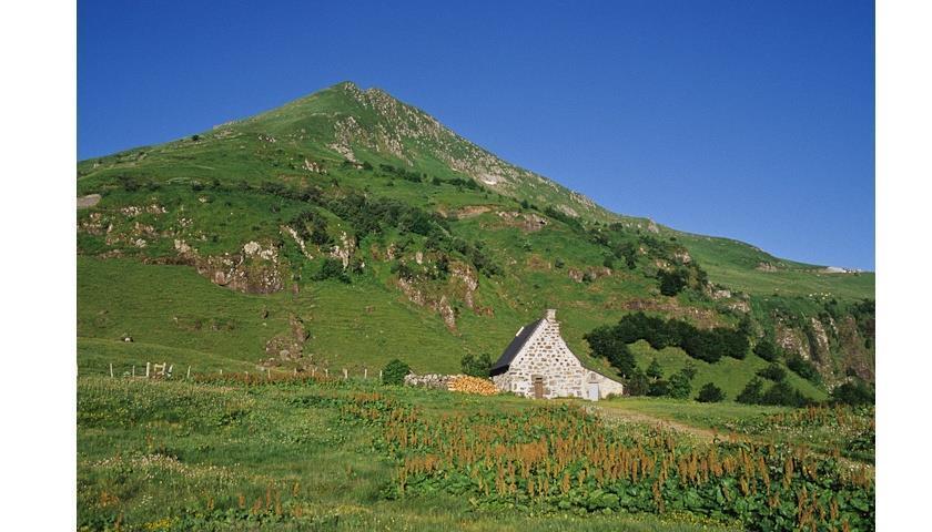 Le GR ® 400, le sentier phare du Cantal