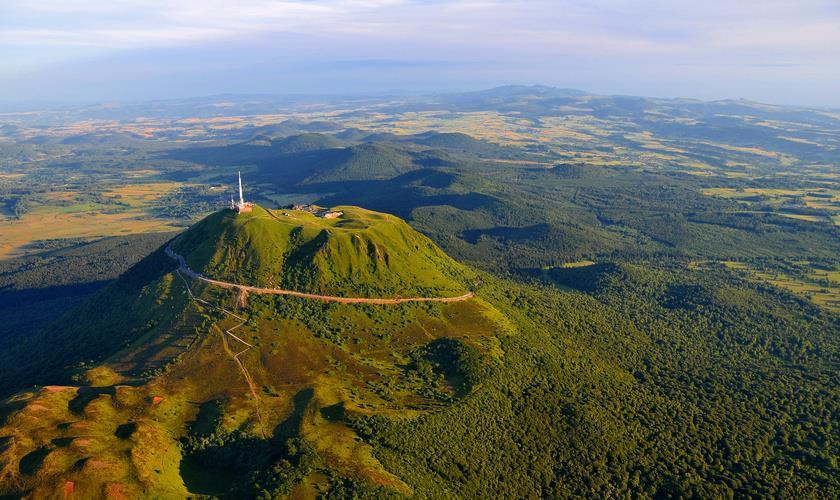 20 propositions de randonnée autour des volcans en France